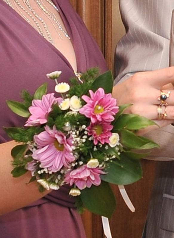Букет на руку из живых цветов своими руками